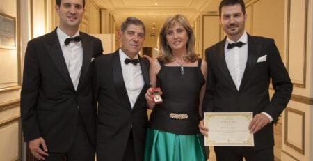 La familia muy contenta tras recibir el premio